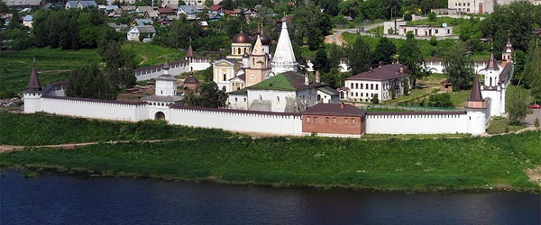 The Staritsa kremlin and its Orthodox churches. Photo credit Kastey / Wikimedia Commons CC BY-SA.
