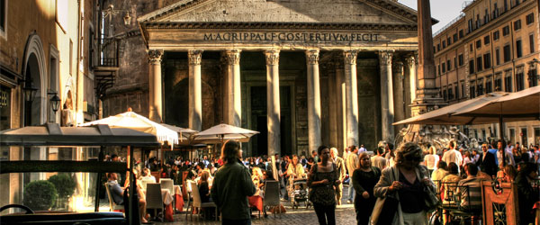 Crowded cafes in front of the Pantheon at sunset. Photo credit giuseppemoscato.com / CC SA.