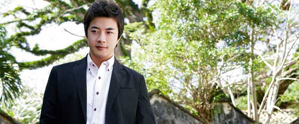 Kwon Sang-woo's boyish good looks and rocking body are a winning combination.